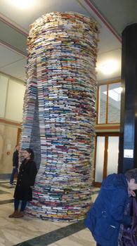 プラハの観光図書館の本.jpg